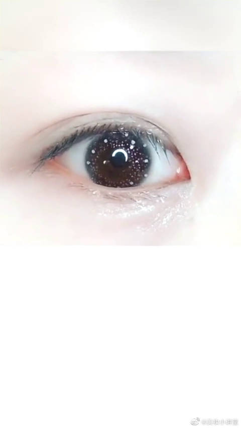 透明色的美瞳,戴上去那刻真的是美到我了,好像眼睛有星星哦