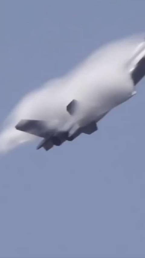 空军发布新春祝福片,歼-20战机7架同框