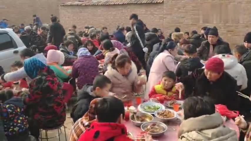 乡村吃大席,这么多人一起就餐,我还是第一次感受这样的场面!