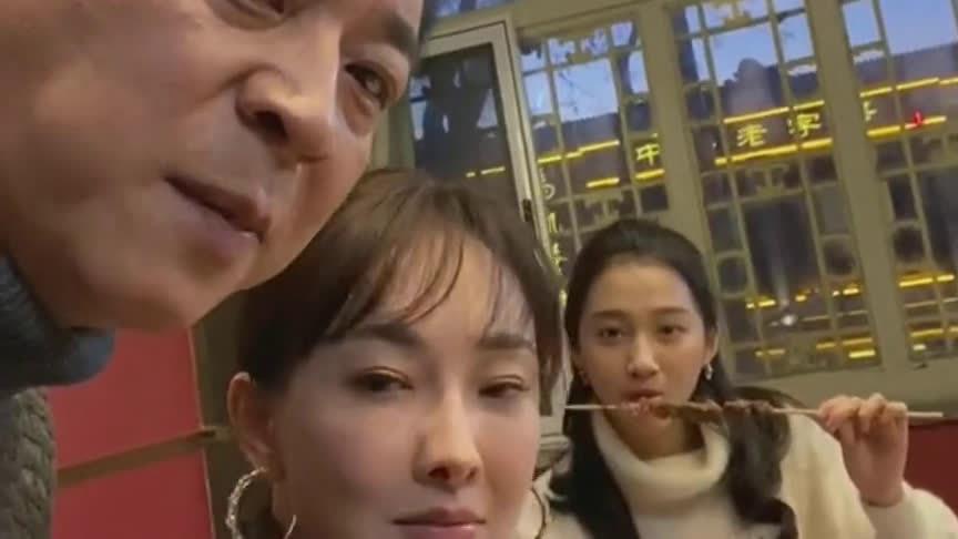关晓彤和吴磊一起吃饭的画面,真是太让人羡慕了