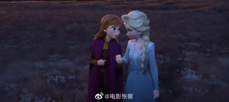 如果说艾莎是冰,那么安娜就是火,她对艾莎的感情像火一样纯粹