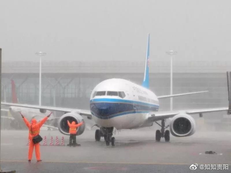 """点赞!暴雨中,贵阳机场的南航""""小哥哥""""湿身守护乘客行李.."""