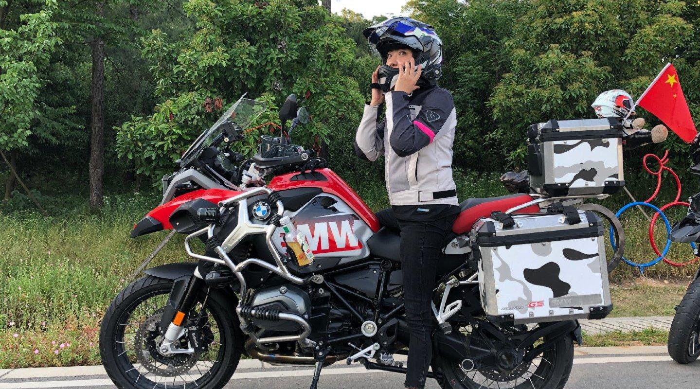 单亲妈妈把双胞胎女儿送入世界知名学府,骑机车横跨欧亚大陆看望