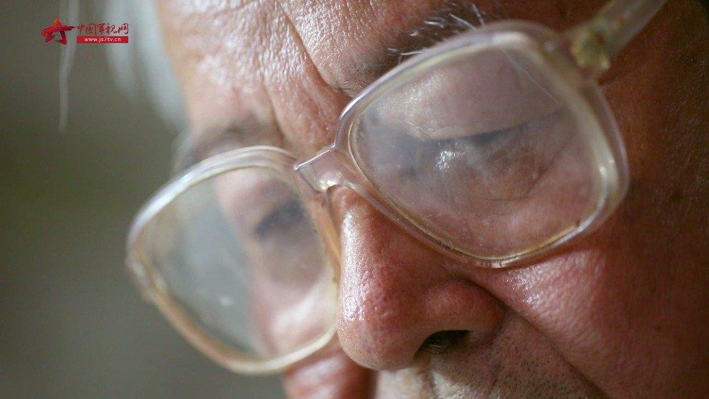 80多岁老英雄落泪,时隔多年他再次回到了老部队