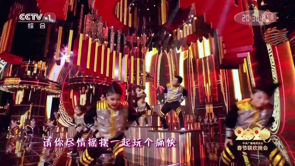 陈伟霆张艺兴表演过年disco~张艺兴后空翻帅炸,陈伟霆表演范儿十足