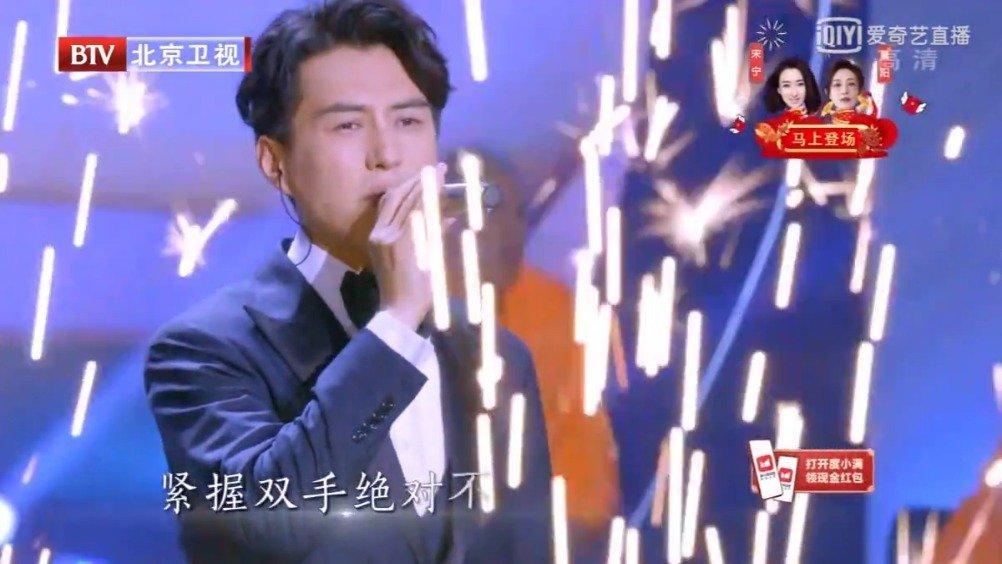 靳东出场全程:送手绘礼物+演唱《倔强》+和肖战合唱《壮志在我胸》