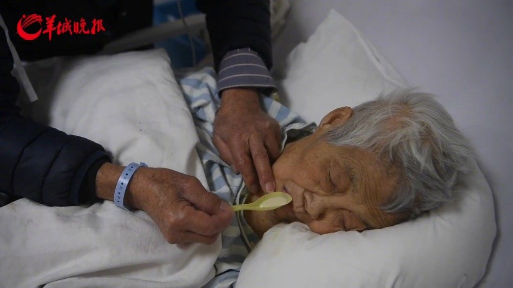 17日,武汉市汉口医院,88岁的冯爷爷和老伴儿同时确诊感染