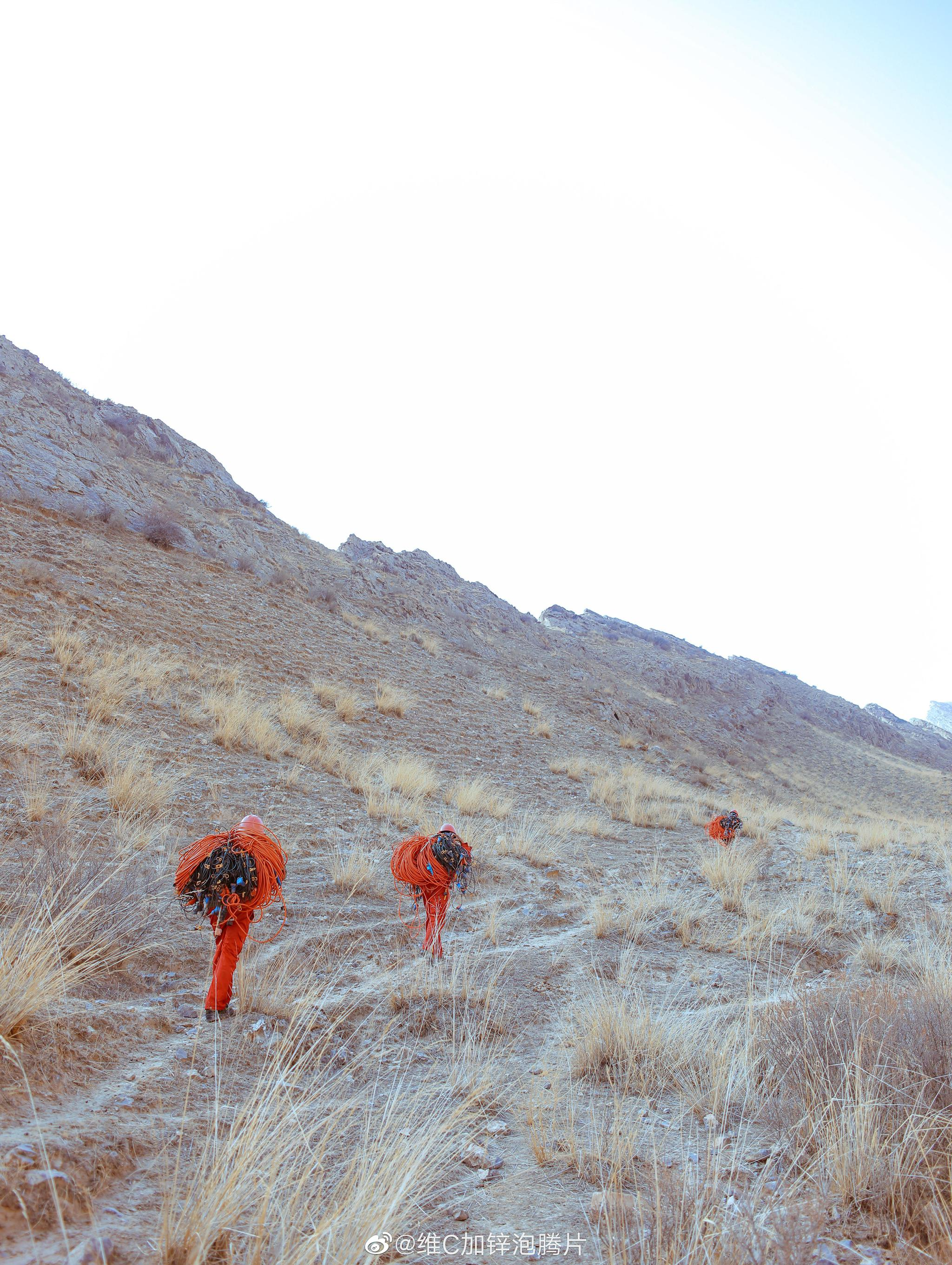《登山的人》– 致开辟着西北荒山大漠的石油人背负近70斤 登上满