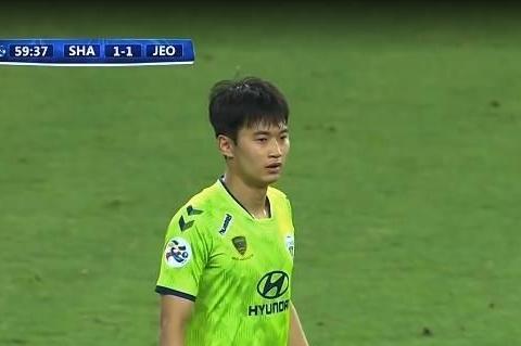 韩国球员又现低素质!踢上港染黄向裁判竖中指,熊猫杯后又丢人