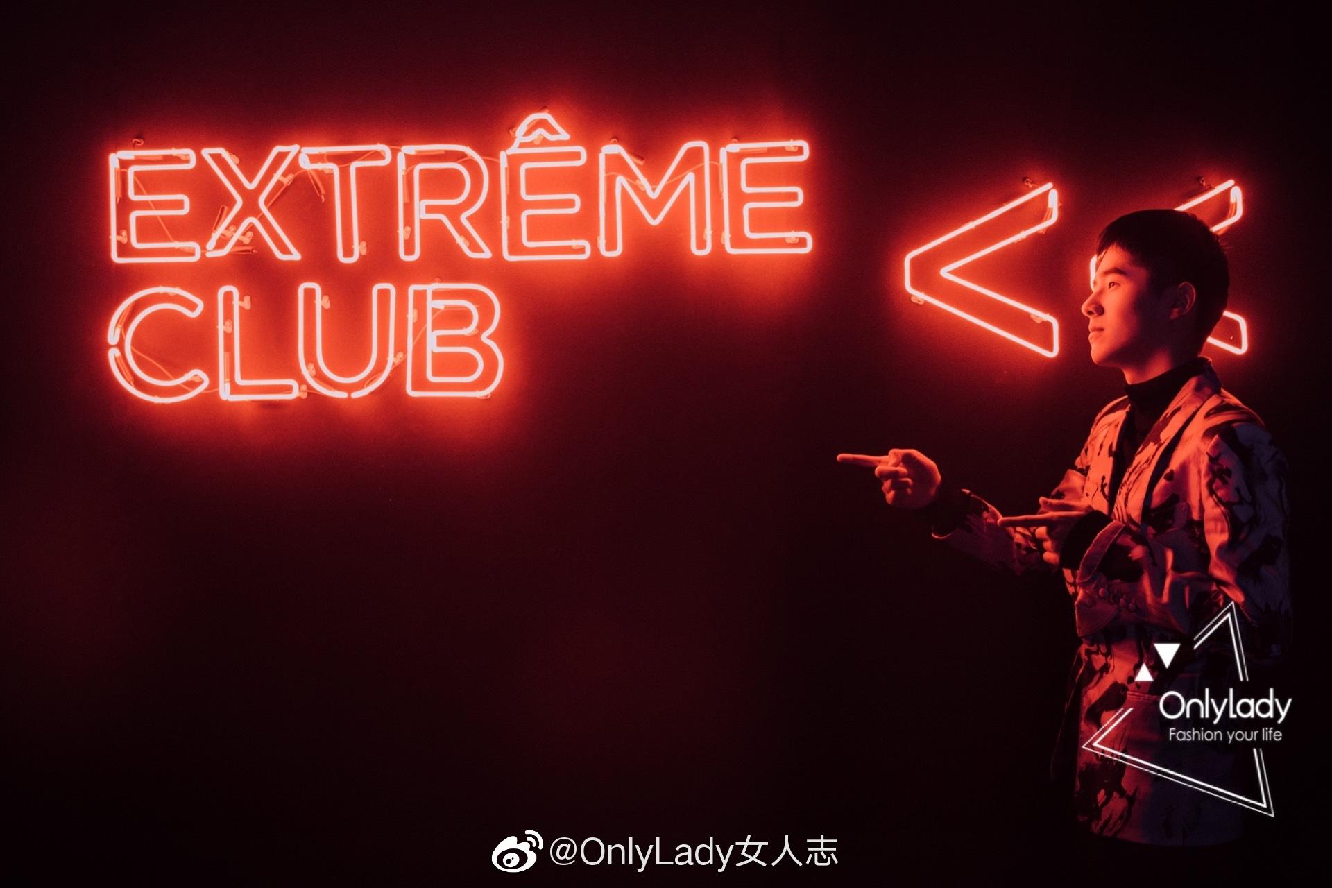 演员@刘昊然turbo 今日身着水墨印花开领西装出席品牌活动
