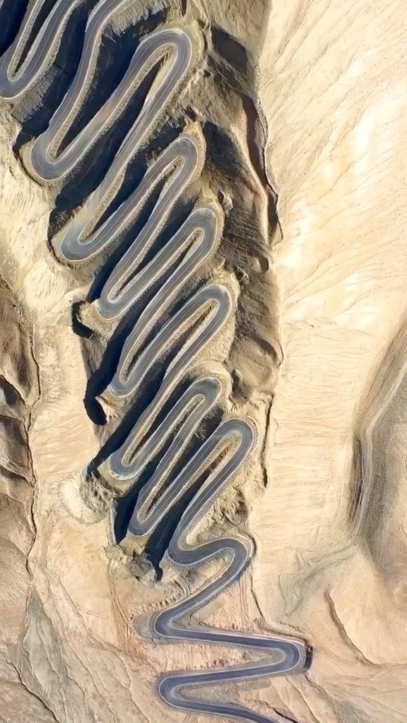 塔县的盘龙古道没有九曲十八弯,只有两个弯,左拐弯和右拐弯。