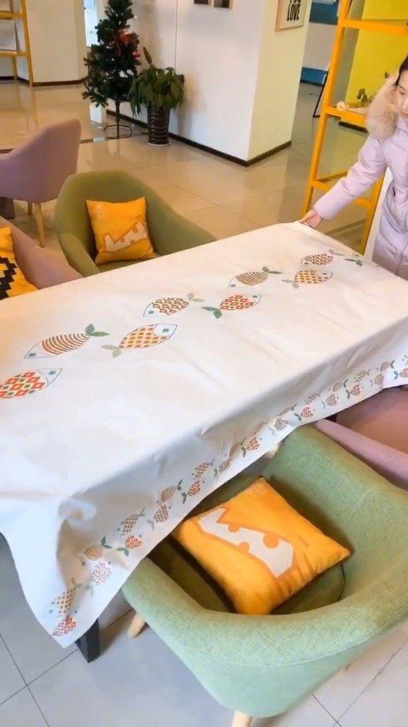 过年辞旧迎新,桌子旧了换个桌布就好啦!这个桌布防水防油好清理