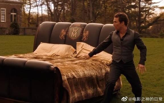 小伙只要躺在这张神奇的床上,就可以穿越时空,还见到童年的自己