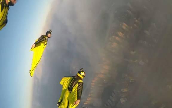 """不靠特技的空中""""蝙蝠侠"""",翼装大神在迪拜高楼间自由穿梭"""