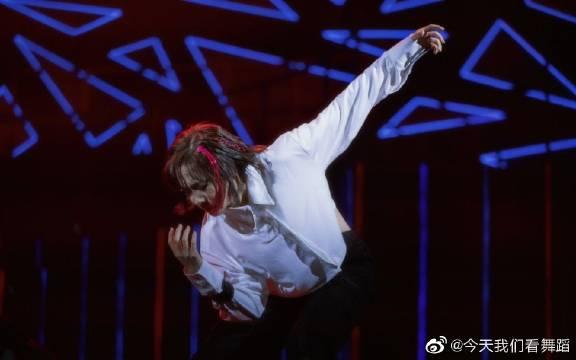 李子璇这弹簧腰和不输男团的舞蹈力度是真实存在的么?