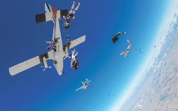 65名女性竖立编队跳伞——世界纪录!令人惊叹