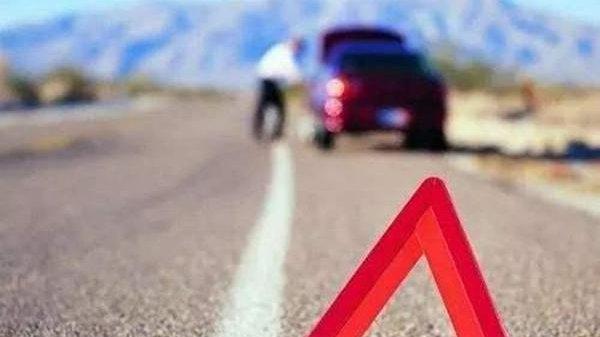 开高速路的时候,轮胎不幸爆胎,停在应急车道换胎,会被扣分罚款吗