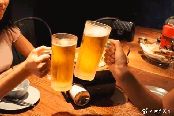 """七旬老人聚会签""""醉酒免责条款"""" 律师:免不了"""