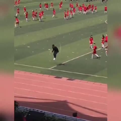 传说中体弱多病的体育老师。语数英老师:体育老师跳绳崴脚了!