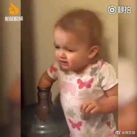 戏精宝宝把手伸进饮水桶,假装卡住了很难受,骗爸爸来救她
