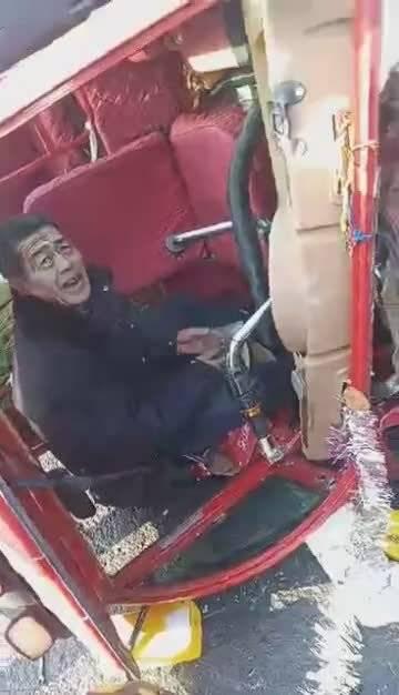 吉林市蹦蹦车疑似闯红灯跟出租车怼上了 司机满脸血就要找监控