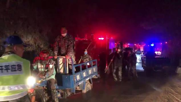 记者跟随救援队伍赶到离火线约一、二公里的茶地(下)水库
