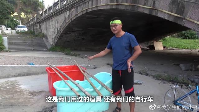 小伙用两个塑料桶自制水上自行车,一下水就翻车,太尴尬了!