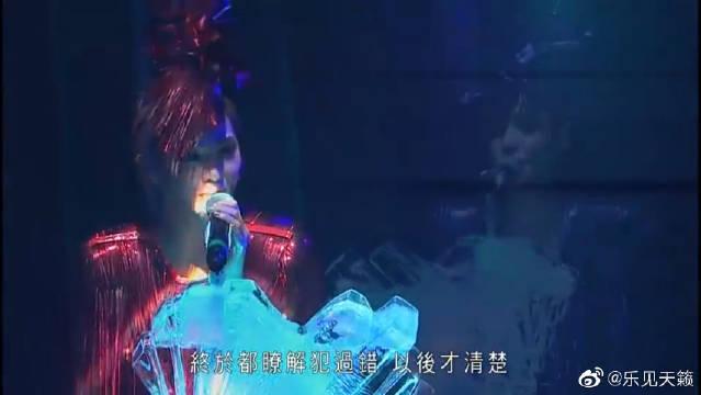 演唱会上,Twins蔡卓妍、钟欣桐深情唱《饮歌》,歌声听醉了