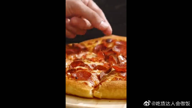 没想到这个披萨竟然是塑料做的,差点就吃进去了!