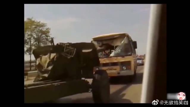 坦克搞笑事故合集!坦克刹车不急,炮管直接插进大客车!
