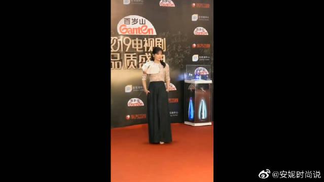 出席活动,浅色上衣搭配黑色裙装裤,举止优雅大气!
