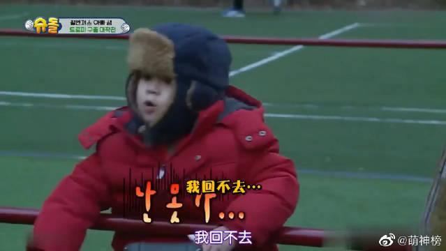 小区的姐姐们都要回去了,威廉又冷又累,但还把帽子给了弟弟。