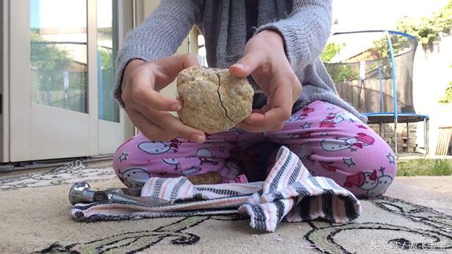 小女孩捡回一块罕见奇石,砸开后,两眼发傻了