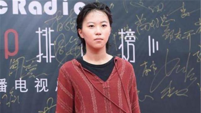 21岁窦靖童厉害!油腻短发配衬衫帅成王菲模样,网友:不愧是母女
