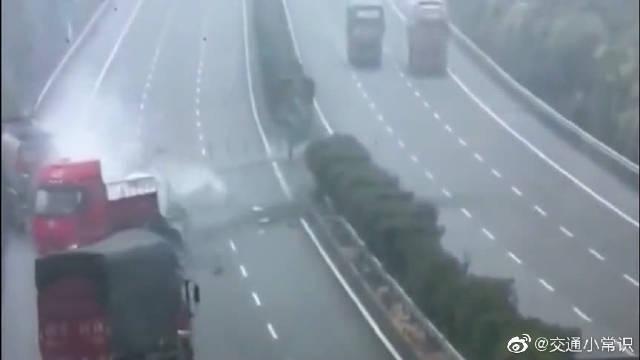 """疲劳驾驶有多可怕,大货车高速上""""大开杀戒""""!5辆大货车严重受损"""