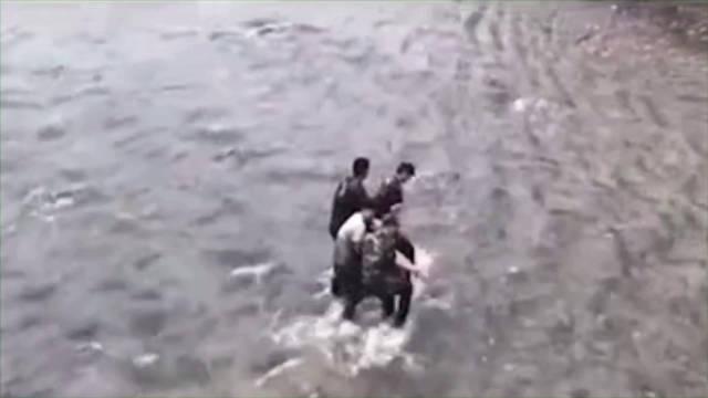 女子跳河轻生,武警官兵成功救援。(翟金海、李梦艺、王英豪)