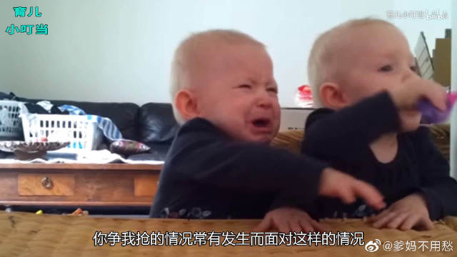 双胞胎兄弟上演抢牙刷大战,这小表情太灵动了,网友称最佳拍档
