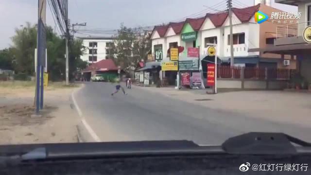 熊孩子在大马路上踢球,接下来的一幕让人心疼啊!