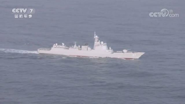 近日,海军第33批护航编队西宁舰经过两天两夜的伴随护航
