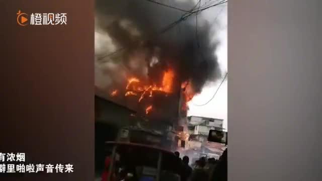 贵州贵阳一民房失火 火势较大 大火很快吞噬整个房屋