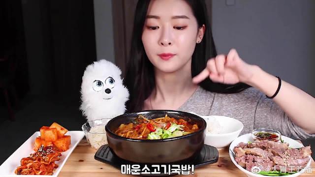 普美今天吃辣牛肉汤饭!她家的小狗真的是太可爱啦