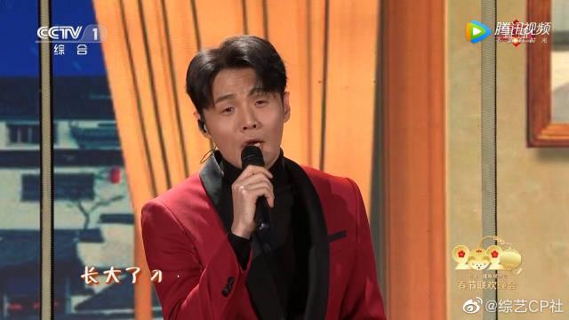 李荣浩、于毅、王俊凯同台演唱歌曲《爸爸妈妈》,好温暖的一首歌!