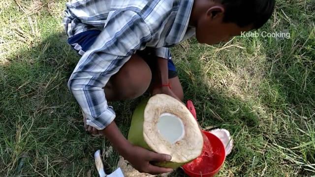 原始荒野美食:椰子汁煮的螃蟹汤,你见过这样的操作吗?