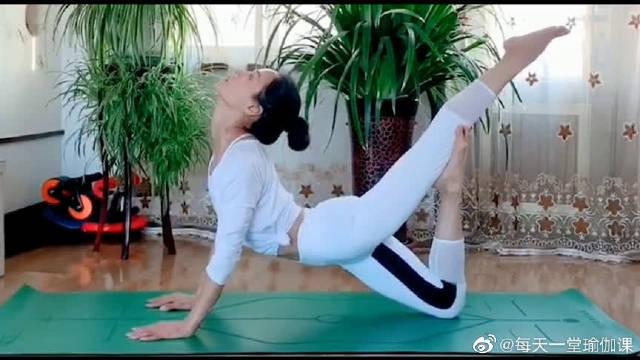 瑜伽:这个动作坚持一分钟,相当于慢跑半小时,瘦腿瘦肚子