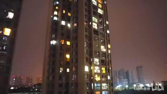 居民在窗边齐唱《我和我的祖国》