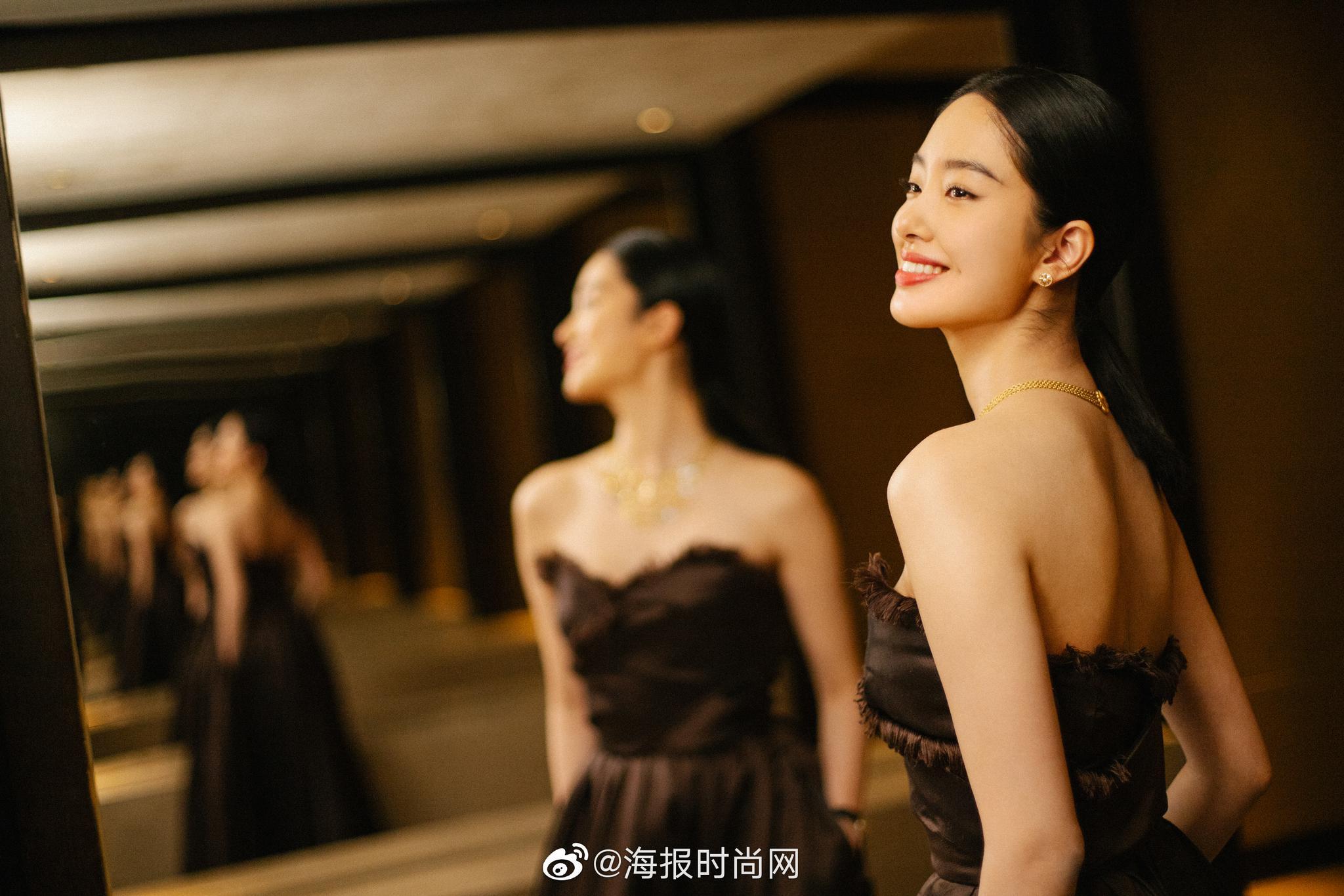 今晚, 以一袭抹胸长裙的杨采钰造型现身红毯,化繁为简