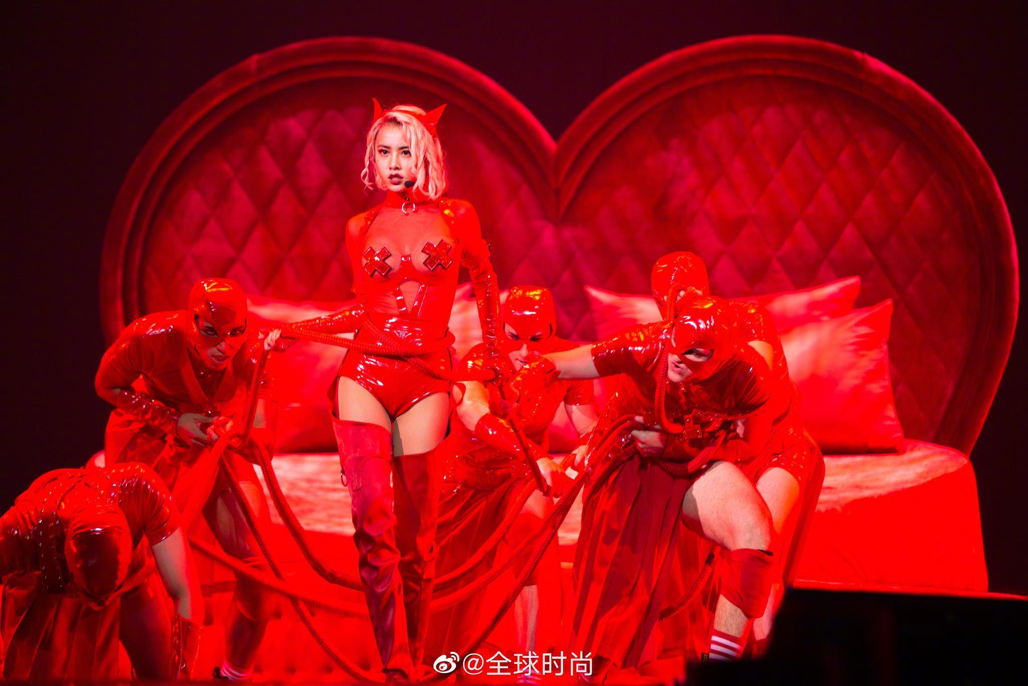 蔡依林《uglybeauty》演唱会造型,红色透视皮衣短裤造型惊艳亮相