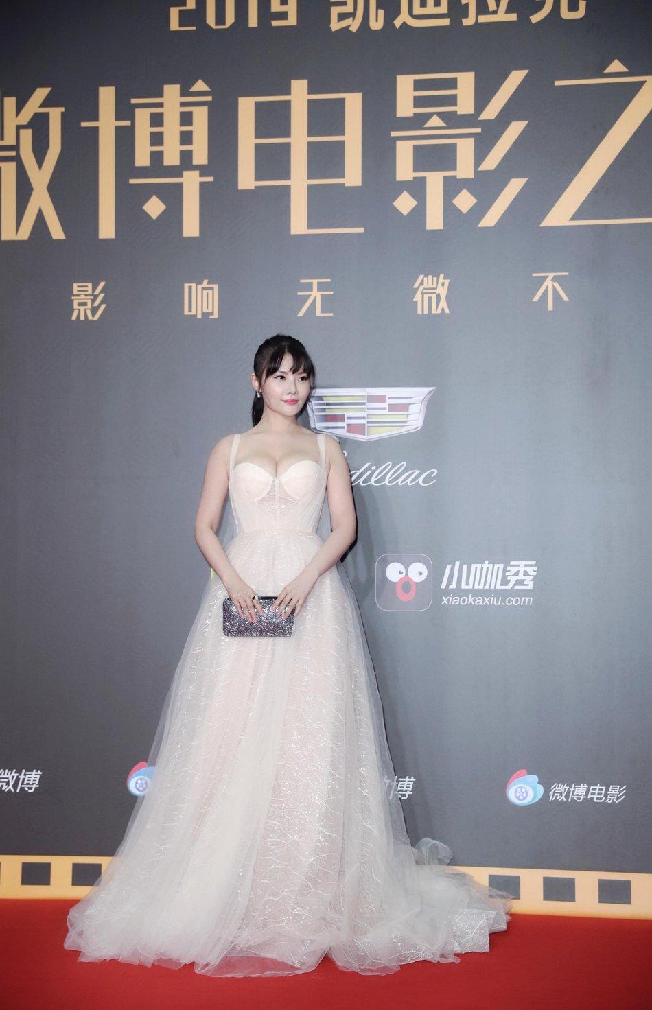 大嫂徐冬冬亮相微博电影之夜 吊带抹胸纱裙尽显好身材