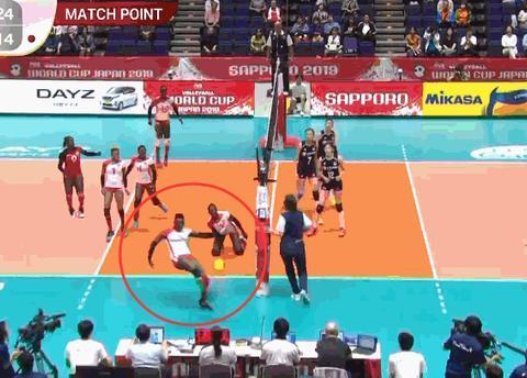 奇葩!中国女排双人拦网反击肯尼亚,对手接不住球直接大脚踢飞