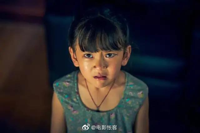 电影《误杀》小女儿安安划餐桌玻璃的场景